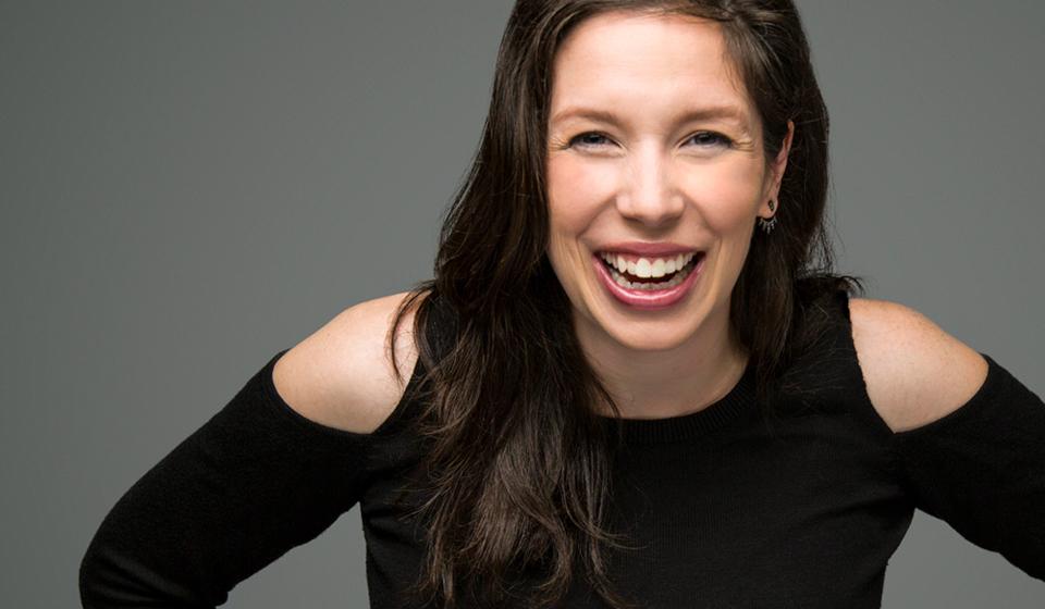 Gabrielle Caron- Humoriste stand-up comic avec expérience animateur, chroniqueur et conférence corporative - ComediHa!